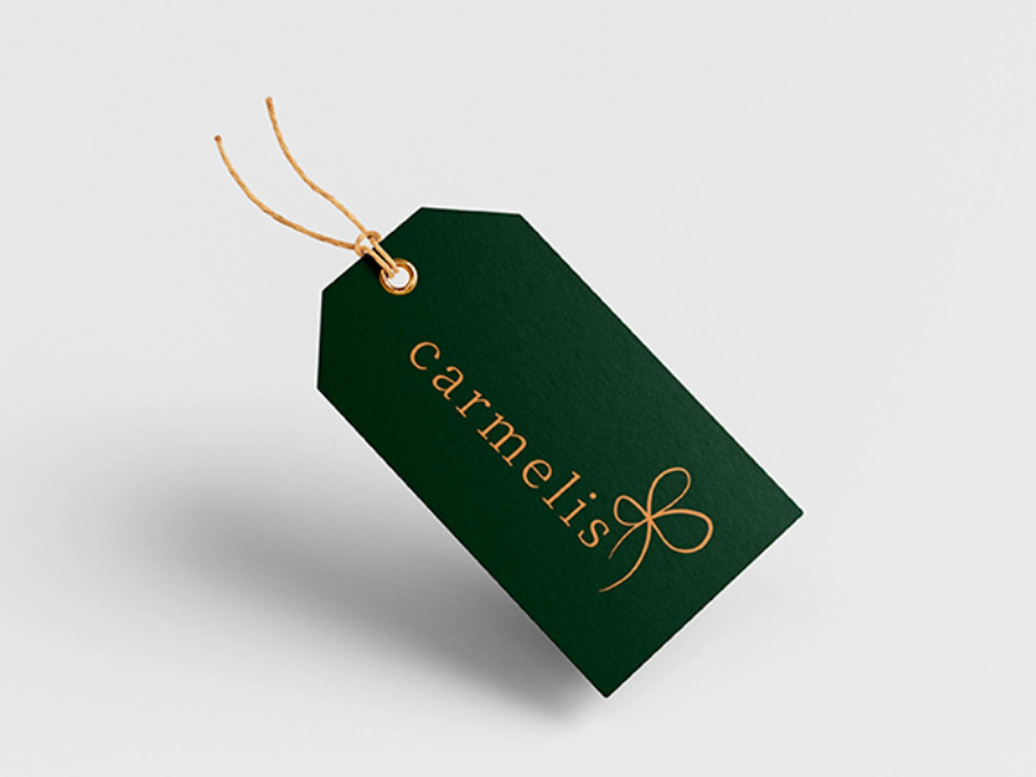 Etiquet verde escuro com o nome da carmelis e a logo em dourado